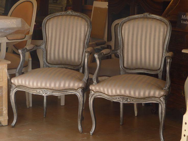 Juego de sillas pata curva decapadas en metalizado blanco for Sillones de mimbre pintados