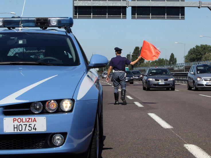 Fugge all'alt della Polizia di Stato e semina il panico in autostrada