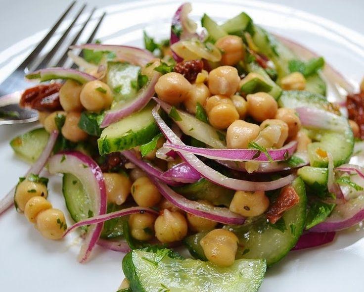 Salada de Grão-de-Bico, Pepino, Salsa e Tomate Seco