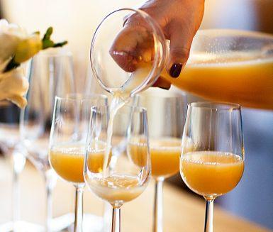 Krydda bubbelvinet med äppelmust, kanel, kardemumma och stjärnanis för en fruktig välkomstdrink eller fräsch avslutning på middagen. Utgå från cava, prosecco eller alkoholfri äppelcider. Festligt och läskande!