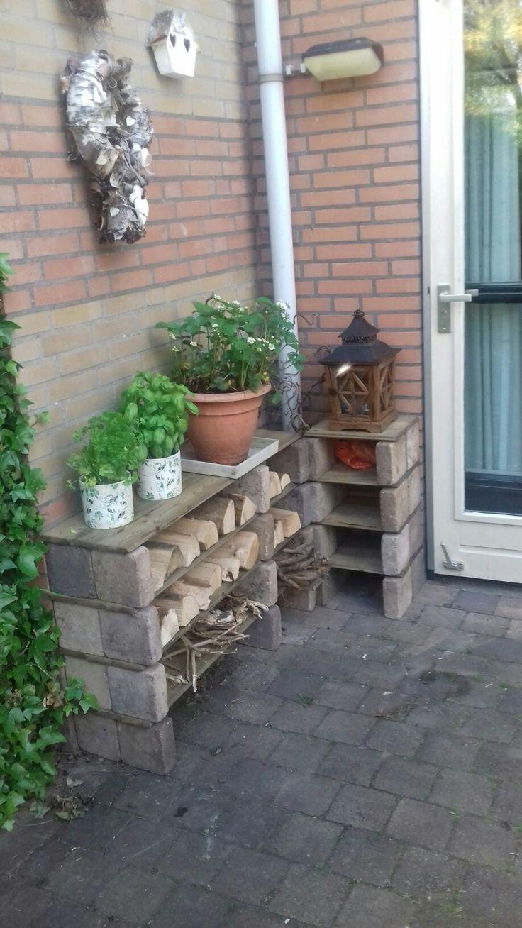 Mini hout opslag met kruiden/fruit tuintje  er bovenop