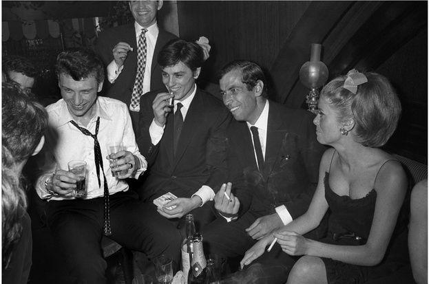 De gauche à droite : Johnny Hallyday, Alain Delon, Roger Vadim et Catherine Deneuve en 1962.