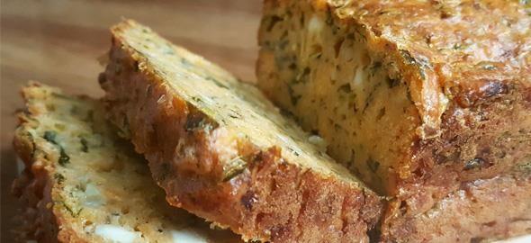 Φτιάξτε κέικ αλμυρό με γραβιέρα, φέτα, λαχανικά και μυρωδικά και θα το δείτε να εξαφανίζεται μόλις βγει απ' τον φούρνο!