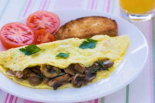 Ottime per un pranzo gustoso, ecco le omelette con funghi e spinaci
