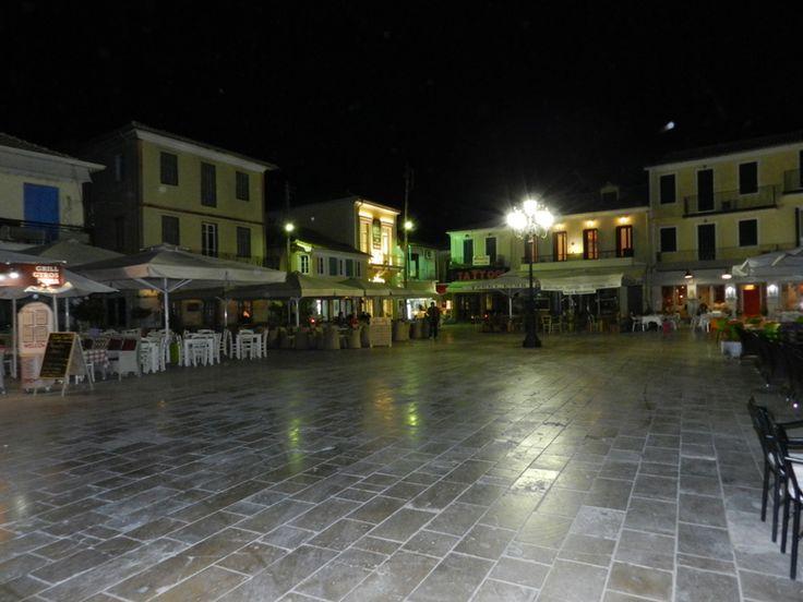 Νυχτερινή φωτογραφία της Κεντρικής πλατείας  από άλλη γωνία.