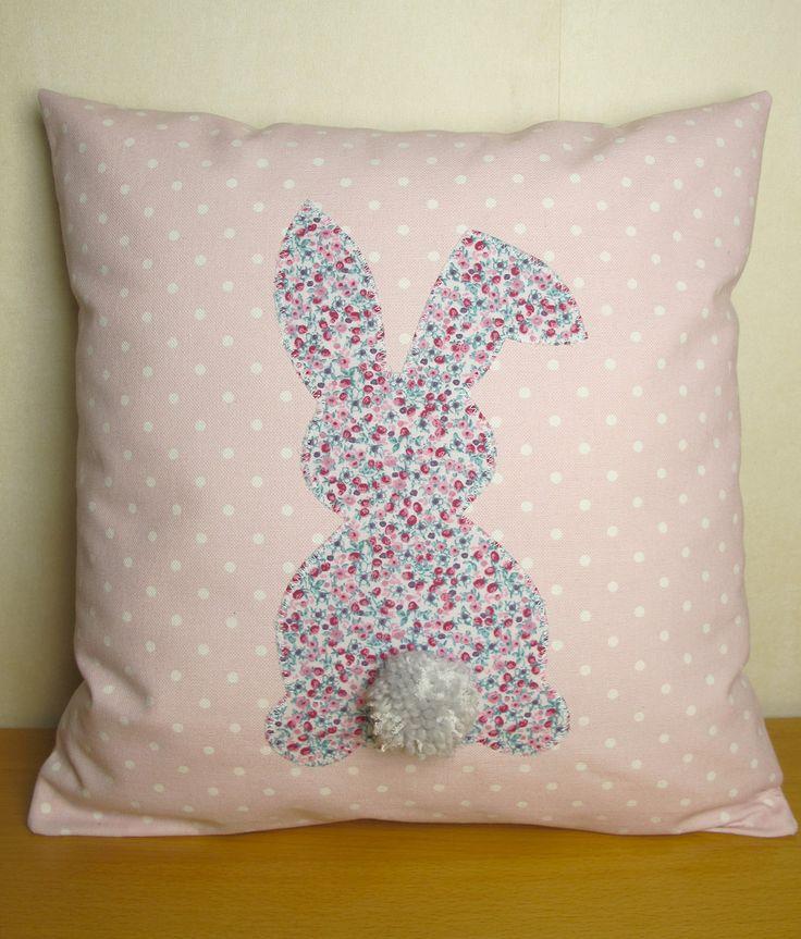 Coussin rose lapin liberty très girly 40 x 40 : Textiles et tapis par mllekameleon