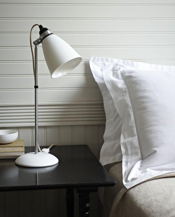 La manière la plus traditionnelle est d'éclairer son lit avec une lampe posée sur la table de chevet. On peut alors opter pour une lampe avec un abat jour, une petite lampe design ou une lampe de bureau comme par exemple la lampe Tolomeo ou l'Anglepoise.        Des suspensions peuvent