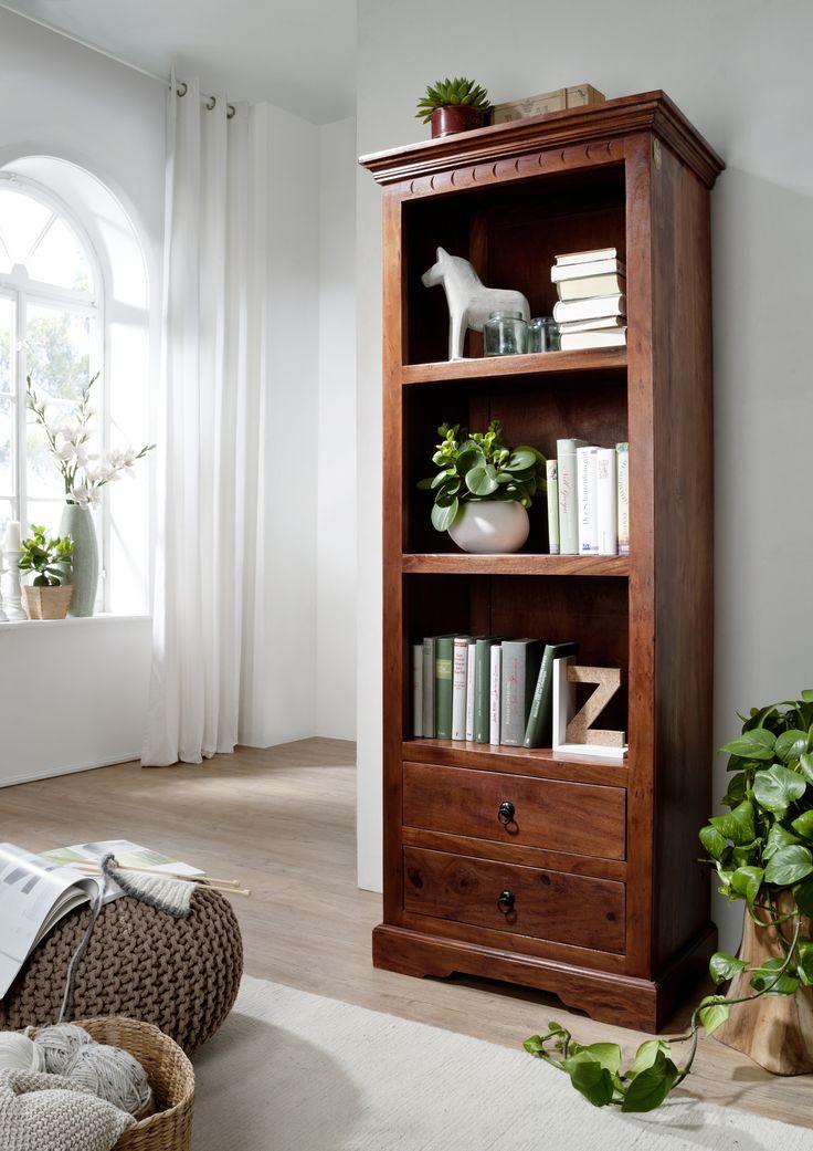 Regal der OXFORD-Serie. Der Kolonialstil vereint gekonnt klassische Elemente und kulturelle Einflüsse aus Asien und Afrika. Die wunderschöne Maserung der indischen Akazie ist in einem dunklen, warm schimmernden Nougatfarben lackiert. #möbel #holz #massivholz#wood #wooddesign #wohnzimmer #livingroom #livingroomideas #interior #home #decor #einrichtung #furniture #storage #ideas #akazie #acacia #kolonialstil #colonialstyle #regal #shelf #shelves #bookshelf #bücherregal #massivholzregal