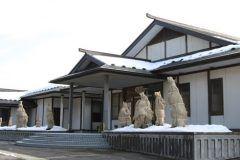 秋田県由利本荘市の長谷寺の門前にあたる場所にある五峰苑は緑地広場と伝統や文化を保存する東光館からなっています  東光館には赤田出身の画家の作品がある美術館や是和和尚の資料館など地域伝統文化の展示が行われています また人々の交流の場としてそば打ち体験や陶芸教室も催されています 五峰苑にはその他にも約6000本の花が咲き乱れるバラ園や菖蒲園市民農園産直物や土産の店舗がありさまざまな赤田に触れることができますよ  tags[秋田県]