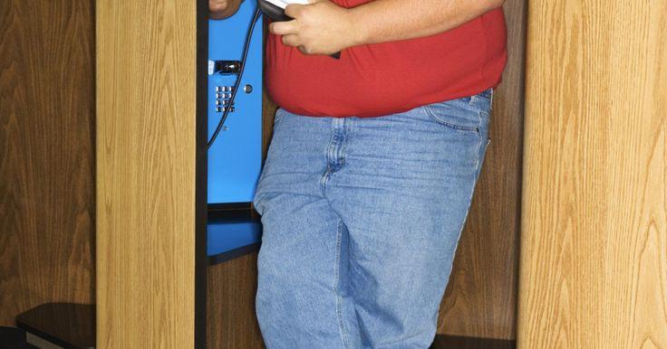 Cómo hacer una llamada con cobro revertido a un celular. A medida que cada vez más gente ha comenzado a usar teléfonos celulares, la necesidad de hacer llamadas con cobro revertido ha disminuido. Desafortunadamente, con tantas tarifas y cargos que deben contabilizar las empresas de telefonía móvil, éstas no desean perder tiempo tratando de obtener un reembolso del exterior para cobrar el cargo por una ...