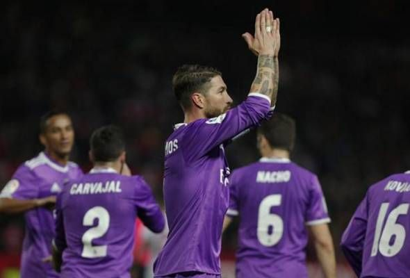 Sergio Ramos berang jadi mangsa ejekan penyokong Sevilla   KAPTEN Real Madrid Sergio Ramos menyelar penyokong Sevilla selepas pasukannya meneruskan kemaraan dalam Copa del Rey.  Real Madrid mencatat keputusan seri 3-3 ketika bertandang ke Estadio Ramon Sanchez Pizjuan untuk mara secara agregat 6-3 bagi mengesahkan tempat ke suku akhir.  Ramos meraikan kejayaan itu di depan peminat Sevilla sebaik sahaja menyempurnakan sepakan penaltinya dengan gaya Panenka manakala Karim Benzema menyumbat gol…