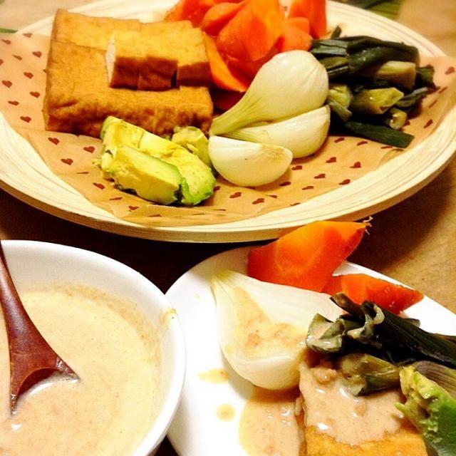 インドネシアの料理で、ピーナッツソースでいただく、厚揚げや温野菜のサラダでガドガドというお料理があります。 かなり自己流入ってますが、ピーナッツソースを作ってみました  塩味がついてない落花生がない場合、味付きのピーナッツでも作れますよ! - 50件のもぐもぐ - ガドガド by peacefulriver