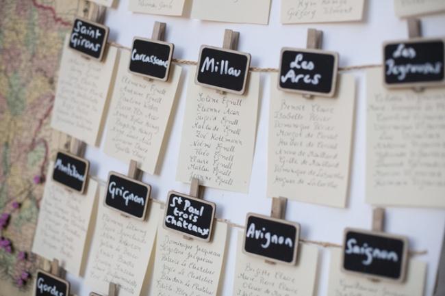 Plan de table : Mini ardoises épinglant la liste des présents à la table