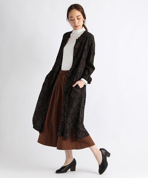 襟のカットを折り返すとラペル風にもでき、ワンピースとしても羽織りものとしても活躍するポケット付きワンピース。 ほど良いしなやかな落ち感のあるナチュラルな風合いの素材に、オリジナルのレトロな花柄をプリントしました。 裾にはスリット入りで、シンプルにレトロスタイルで決めたり、ワイドパンツにさらりと羽織った着こなしもおすすめです。
