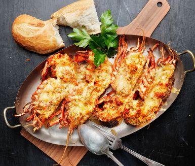Chiligratinerad hummer är ett underbart recept på hummer som du kan bjuda alla skaldjursälskare på, sommar som vinter. Gratinera hummerskalen med stuvningen i tio minuter och servera genast med ljust bröd.