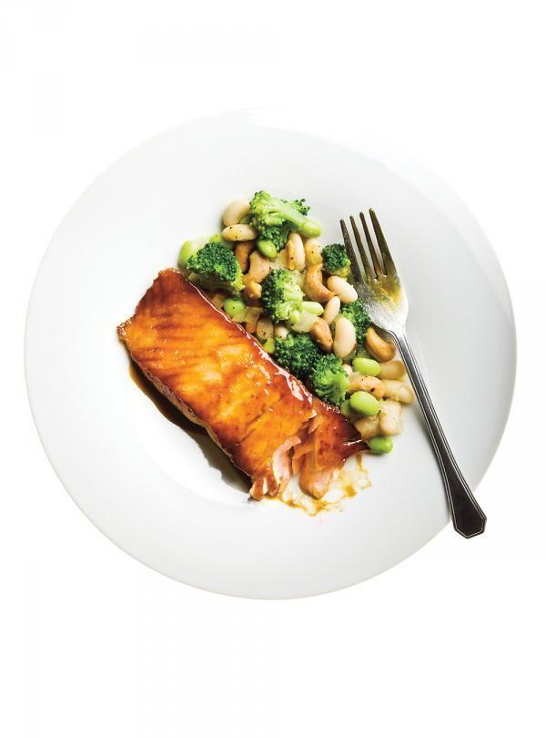 Recette de Ricardo: Saumon et salade chaude aux haricots blancs, fèves de soya et brocoli