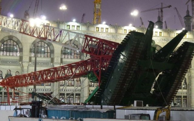 Ecco il drammatico video che mostra l'incidente alla Grande Moschea della Mecca dove sono morte oltre 100 persone #incidente #gru #la #mecca