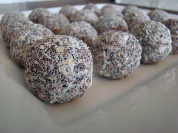 Vandaag op bestelling vers bereid en verpakt in vrolijke papieren Paashaaszak: 20 chocolade-dadelballetjes met gepofte quinoa en cashewnoten  Wil jij ook zo'n lekkere en leuke Paastraktatie? Verwen jezelf of geef deze vrolijke én vooral ook smakelijke hapjes als geschenk voor Pasen! http://www.b-freshwebshop.com/c-2861119/producten  B-fresh ontwerpt ook cadeauverpakkingen op aanvraag. Geef jouw wensen door via info@goodinfood.com en B-fresh gaat voor jou aan de slag. Een uniek cadeau voor…