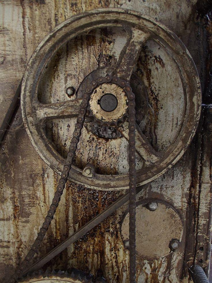 La textura rústica que adapta el metal por lo antiguo y sobreuso que tiene. Los colores que tiene la composición da sensación a algo orgánico, como al tronco de un árbol. Y la rueda es como si le extrajeran una pieza a las rotativas en los periódicos.