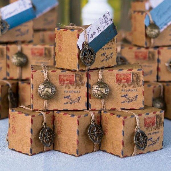 Questi irresistibili box sono perfetti da utilizzare come segnaposto con all'interno  dei confetti e un bigliettino di ringraziamento: realizzati in perfetto stile vintage  e decorati con charms originali stupiranno amici e parenti lasciando loro un ricordo  unico del vostro evento.    Il prezzo è riferito a 10 scatole 5 charms oggetto globo e 5 charms oggetto bussola.  Misure: 6 x 4,5 x 3,5 cm