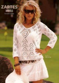 Белый пуловер спицами с V-образным вырезом.