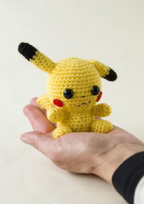 Amigurumi chibi del Pokemon Pikachu con función de Amiibo, en el precio va incluido el precio del Amiibo (funciona como un Amiibo de Nintendo). Este Pokemon Pikachu es una monada, tien una orejita agachada, es súper kawaii, si estás buscando un regalo, triunfas seguro, ¡le va a encantar! Vas a querer llevártelo a todas partes ;-)  Medidas aproximadas:  10 cm de alto 10 cm de ancho 10 cm de profundo  Peso aproximado:  22 gr  Materiales:  Lana acrílica Fieltro Relleno de fibra sintética Ojos…