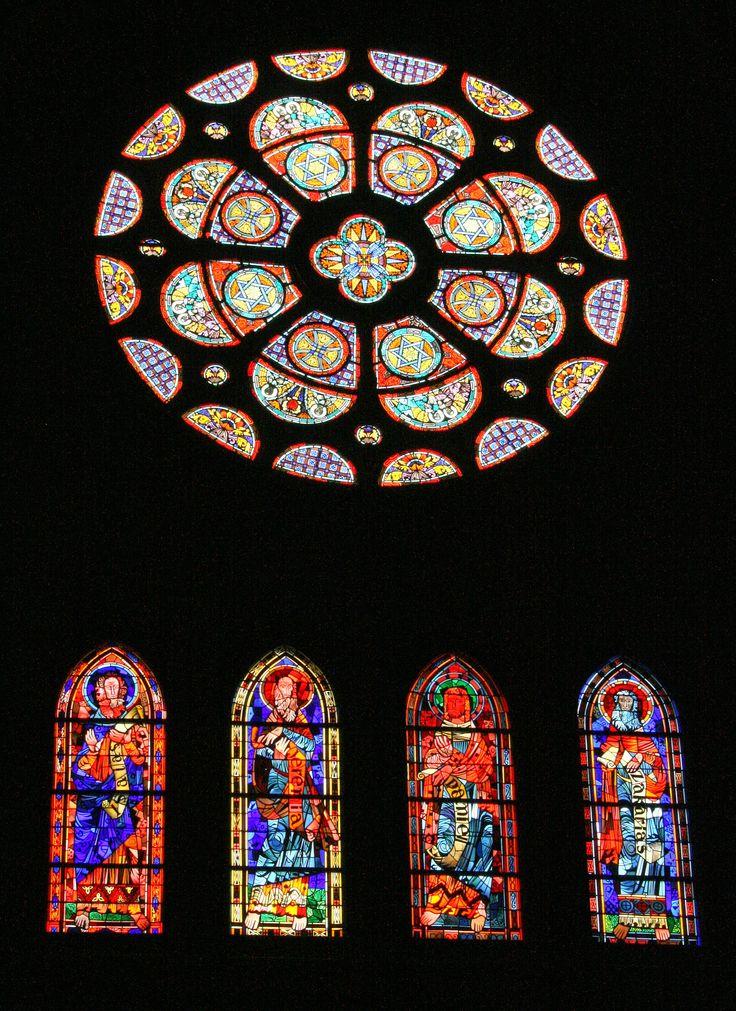 Eindhoven - St. Catharinakerk. De oude ramen waren in WO-II verloren gegaan en vervangen door glas-in-loodramen van onder meer Charles Eyck en Pieter Wiegersma. Foto: G.J. Koppenaal - 27/5/2015. | Eyck roosvenster