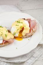 EGGS BENEDICT  Klassieke eggs benedict zijn makkelijker te maken dan je zult denken. Heerlijk als uitgebreid ontbijt of lunch in het weekend, of serveer ze met Pasen.  Recept onder de knop >>BRON<<