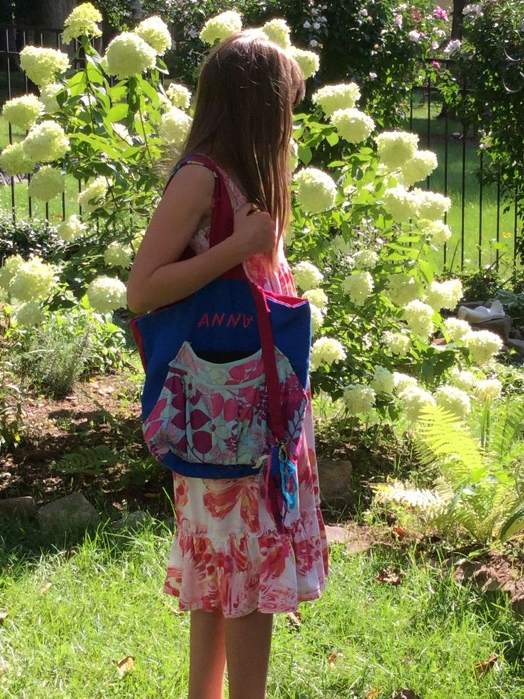 Anna in the garden with her artistic bag FORAL ART
