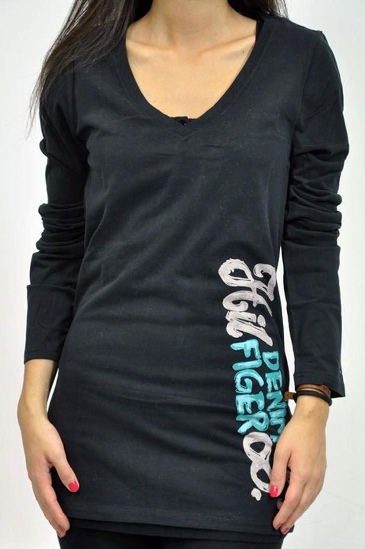 T-shirt manica lunga Tommy Hilfiger con scollo a V e scritta laterale