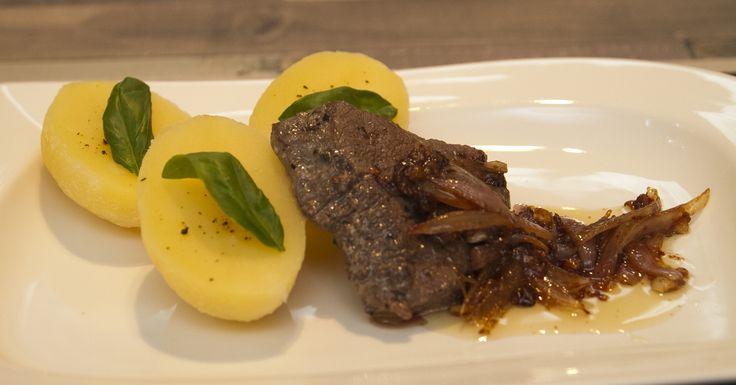 Bélszín steak mogyoróhagymával és gyömbéres osztrigaszósszal - A gyömbér Dél-Kínában őshonos, jellegzetes ízű, göcsörtös gyökér. És bár a gyömbér bárhogyan fogyasztva szerethető, mi legjobban mégis reszelve kedveljük, ami megadja az ételek kellő fűszerességét, frissességét. Az osztriga szósz valójában osztriga kivonat, a keleti konyha kedvelt alapanyaga. Jellegzetes sós íze kiváló ételízesítő.