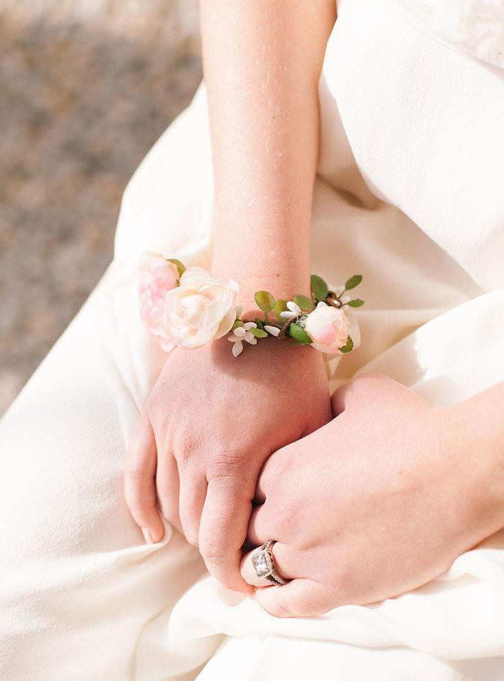 Bracelet Kate fleuri rose pour mariée ou demoiselle d'honneur…