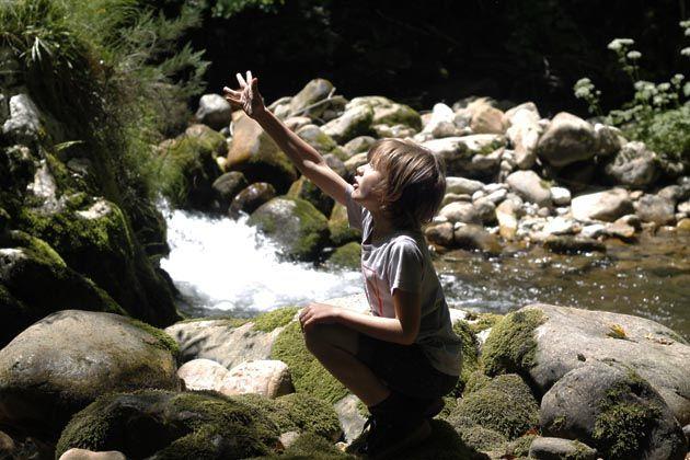 """Ruta """"Los Arrudos"""" con niños en Caleao, Caso, una maravilla caminar desde el minuto cero, entre bosque re ribera, hayas por el curso del río, cruzando puentes acompañados de la arquitectura tradicional, rural, de Asturias."""