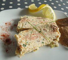 Une entrée chic et facile à base de saumon frais et de saumon fumé... - Recette Entrée : Terrine aux deux saumons facile par Lacuillereauxmilledelices