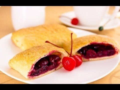 Пирожки с ягодами.Слоеное тесто с вишней.