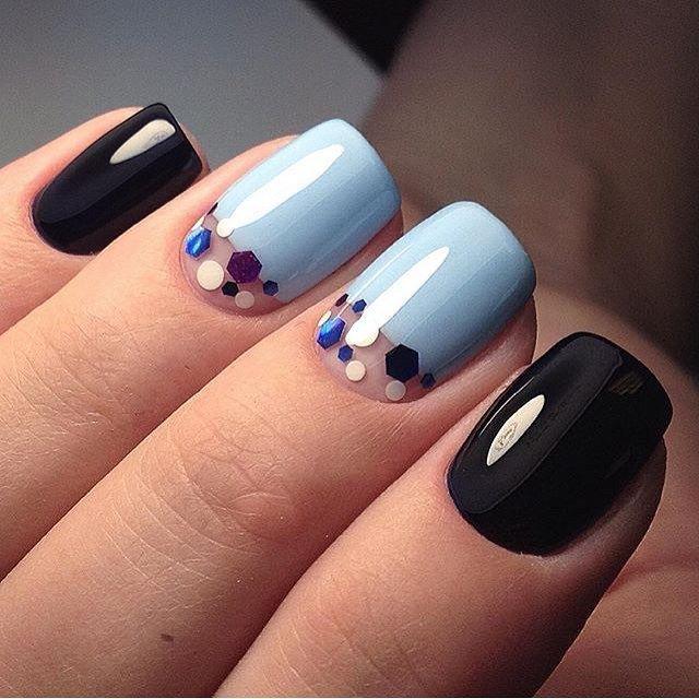 Стильный голубой с черным маникюр с камифубиками и отрицательным пространством.