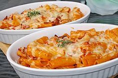 Rigatoni al forno mit Käse überbackene Rigatoni in Sauce mit Hackfleisch und Schinken