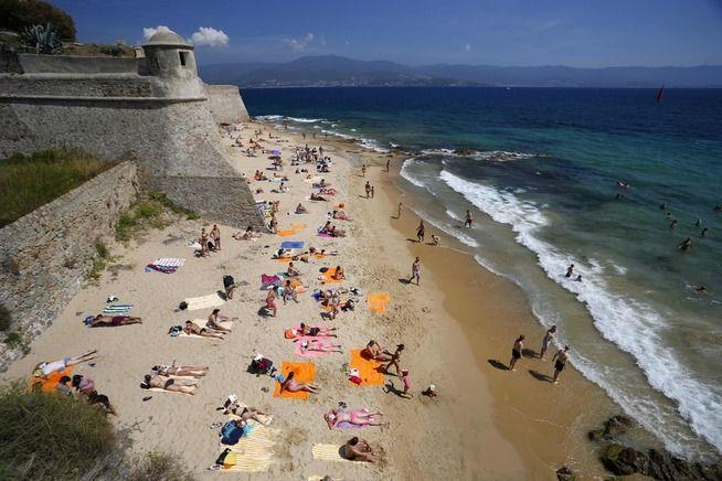 <p>DEILIG STRAND: Turister soler seg på stranden i Ajacco, Korsika.</p>