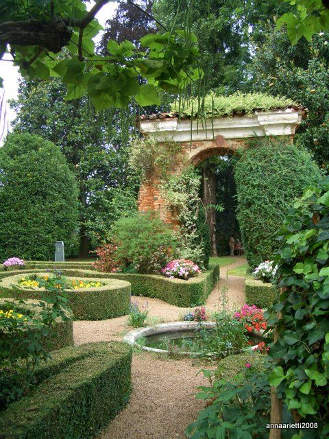 Il giardino all'italiana di Villa Fecia alla frazione Santa Margherita di Cossato si presenta con le basse siepi di bosso, i rose...
