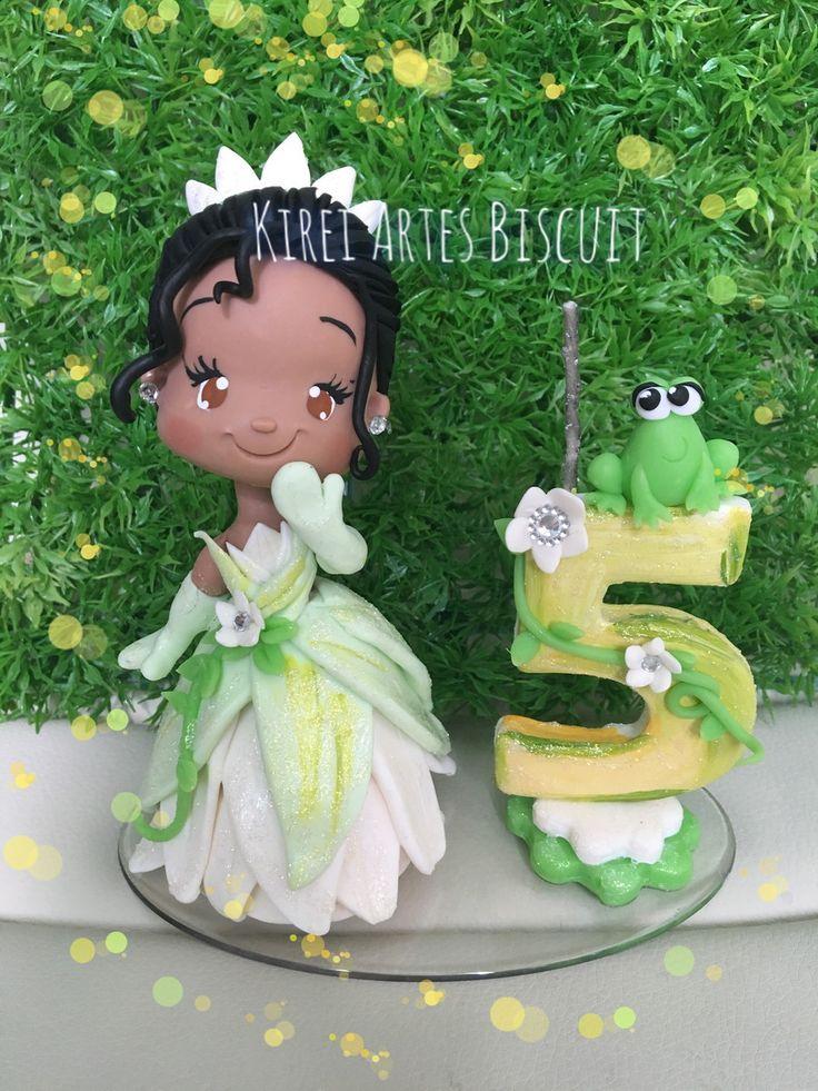Topo de bolo personalizado da princesa Tiana  Modelado a mão em biscuit, vela em biscuit e pavio mágico  Para o aniversariante cantar parabéns.  Tem 15 cm de altura