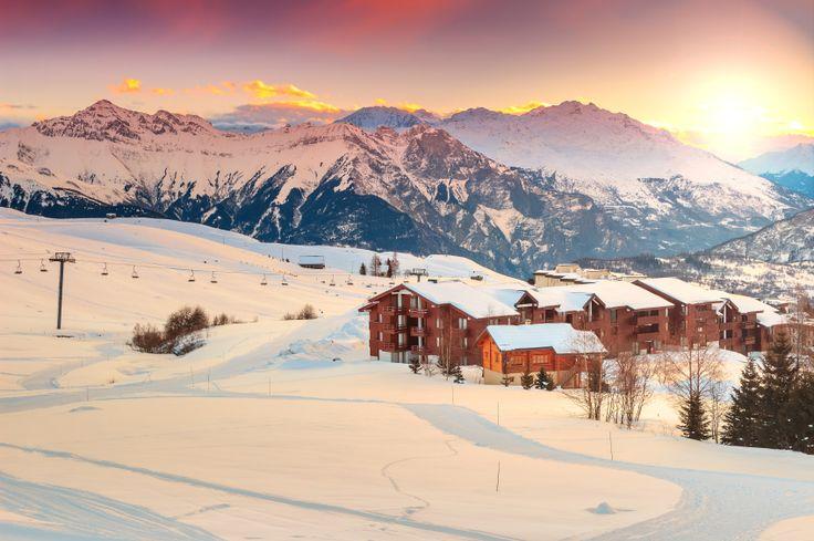 Familiale et authentique, la station de ski Les Saisies devrait plaire aussi bien aux petits qu'aux grands #skieurs. Avec 148 pistes réparties sur 185 km, chacun devrait trouver son bonheur, en snowboard, en luge, en raquettes, … ! #LesSaisies #Blog #Belambra #station #ski