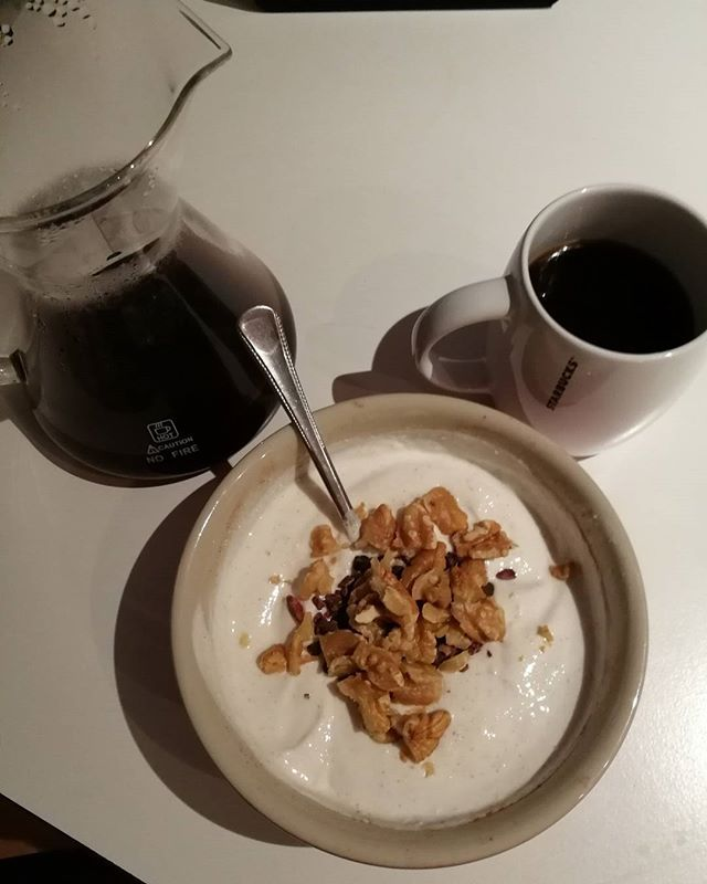 I realized I barely ever used my new breakfast bowls but they have the perfect size for my current food. So. I make sure to use them more often now   I also skipped reading and watched some one piece. I'm several episodes behind and maybe I can catch up with the show until the end of the week like this  #goodmorning #breakfast#coffee #nuts #eatclean #cleaneating #rehydrate #fit #nutsaboutnuts #nutrition #health #keto #fitlife #healthyeating #healthyfood #healthyliving #chocolate #nuts…