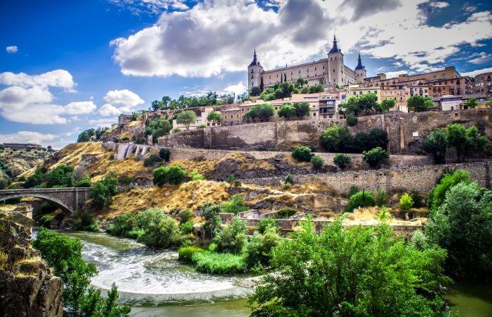 Le Palais d'Alcázar surgissant des fortifications à Tolède, Espagne © Niko Kaptur #momondo