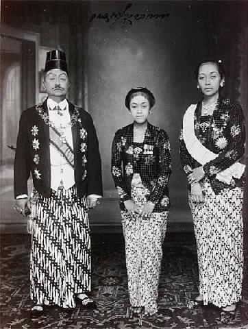 pakubuwono-x-bersama-ratu-mas-dan-sekar-kedaton-1935