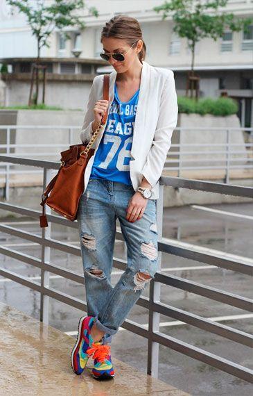 девушка в рваных джинсах и кепке со стулом - Поиск в Google