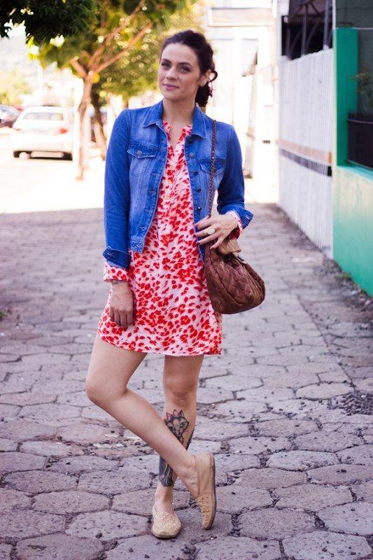 Também vale o contrário a alpargata bege deixa o vestido vibrante mais casual.