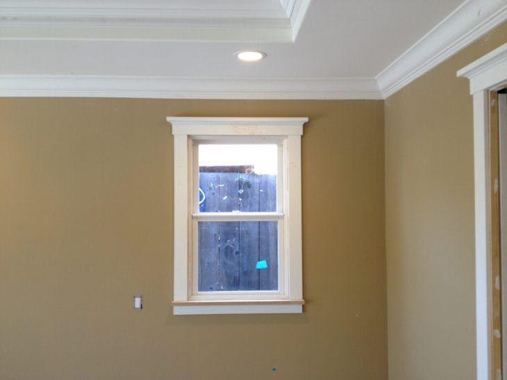 ventana con marco y moldura de corona