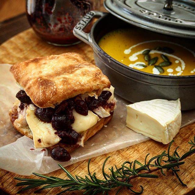 Cranberry mustard biscuit sandwich♡ 久々の投稿です(ᵔᴥᵔ) レシピブログさんからいただきましたクリスケットで朝ごはん。今日がレシピ投稿の〆切だってわかって急遽ブログアップ 出産してから時間がない日々が続いてます。。世の中の先輩お母さんを尊敬する毎日✨ このクリスケット、よく作るアメリカンビスケットとは全然別ものでした。さくふわ食感でちょっぴりオイリー。なのでレモン風味の鶏ハムにちょっぴり甘くしたクランベリーマスタードソースとブリーチーズでサンドしてからのガブリ 撮影後、立ち食いしてからのオムツ替えの朝ごはんでした(ᵔᴥᵔ)もう少し落ち着いたらみなさんの投稿巡りしたいです♡今日は春を感じる千葉ですよー、よい①日を #mahalo_kitchen #foodphoto #homemade #instafood #delistagrammer #lin_stagrammer #lunch #foodphotography #おうちcafe #うちごはん #暮らし #レシピブログ #クリスケット #朝ごはん