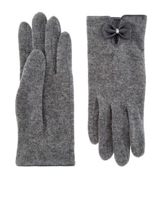 Our sumptuously soft wool gloves are decorated with leather-look bows on the wrists, and are the perfect way to keep your hands warm and cosy in cold weather.