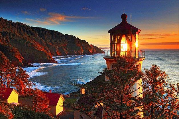 Pôr-do-sol no farol Heceta Head, na costa de Oregon, nos EUA.